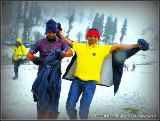 बर्फाचा आनंद लुटतांना ...गुलमर्ग -काश्मीर